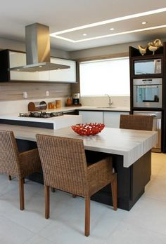 There is no question that designing a new kitchen layout for a large kitchen is much easier than for a small kitchen. A large kitchen provides a designer with adequate space to incorporate many convenient kitchen accessories such as wall ovens, raised. Kitchen Interior, Kitchen Design Small, Kitchen Decor, Kitchen Island Decor, House Interior, Kitchen Dining Room, Kitchen Island With Seating, Home Kitchens, Kitchen Layout