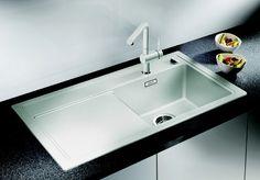 Zenar 45 S - Silgranit: Køkkenvasken har en praktisk afløbsbakke. Desuden fås den inklusiv skærebræt i sort hærdet glas og skylleskål i rustfrit stål, således at vasken med fordel også kan anvendes som arbejdsstation. Vasken fås i 10 forskellige farver.
