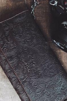 """Als einen verspielten Begleiter für wilde Partynächte präsentieren wir Dir """"Berit"""". Die Clutch mit integriertem Schultergurt hat genau die passende Größe, um nachts durch die Clubs der Stadt zu ziehen. Aber auch als stylischer Begleiter auf einen Stadtbummel macht sich diese Tasche. Die Oberfläche aus robustem und stabilem Büffelleder besitzt eine besondere Struktur im verspielten Look. Im Inneren hast Du Platz für Schlüssel, Smartphone und ein kleines Portemonnaie...  Gusti Leder"""