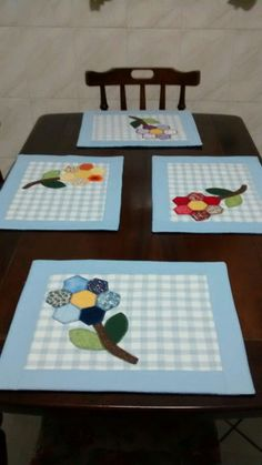 Placemat with application of flowers. Technique used Grandma& Jd. Table Runner And Placemats, Quilted Table Runners, Patch Quilt, Mug Rug Patterns, Quilt Patterns, Quilting Projects, Sewing Projects, Fabric Crafts, Sewing Crafts