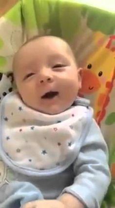 Bebe de siete semanas dice: Hello
