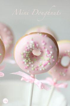 Doughnuts to go Witzige Idee für kleine Prinzessinnen The post Doughnuts to go & Backen: Donuts appeared first on Essen und trinken . Mini Donuts, Doughnuts, Donut Birthday Parties, Donut Party, Comida Para Baby Shower, Donut Recipes, Dessert Recipes, Mini Desserts, Dessert Food