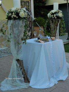 Ρομαντικός γάμος στο εκκλησάκι Αγ.Γεωργίου στο κτήμα Αριάδνη. Οι λαμπάδες γάμου στολίστηκαν σύμφωνα με το concept του στολισμού της εκκλησίας. Φροντίζουμε πάντα να τοποθετούμε με προσοχή στο τραπέζι όλα τα απαραίτητα για το μυστήριο, όπως το κρασί στο μπουκάλι και τον δίσκο με τα στέφανα γάμου.