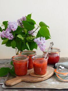 Rabarbrasyltetøy med vanilje er den mest besøkte syltetøyoppskriften her på bloggen. Ikke rart egentlig, folk er tydeligvis glad i rabarbra og kombinert med vanilje, ja, resultatet er bare digg. Den blir fort din syltetøyfavoritt så pass på å lage nok om du har tenkt å prøve deg på oppskriften. Og nå kommer det nok en [...]Read More... Moscow Mule Mugs, Chutney, Punch Bowls, Pickles, Jelly, Food And Drink, Plates, Canning, Tableware