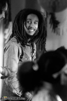 Bob Marley - Thriving on the Ital (vegan) diet. Rastafarians are roots people - if it didn't come form roots, they don't eat it. Bob Marley Citation, Bob Marley Quotes, Bob Marley Legend, Reggae Bob Marley, Bruce Lee, Bob Marley Pictures, Marley Family, Marley And Me, Jah Rastafari