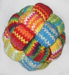 This is a great pattern for leftovers of not too thin (or too thick) yarn. I stumbled upon this ball a few years back, but never found a pattern for it, so I decided to find out how it was made myself, from just a photo. Took me a few nights, but then I had it.