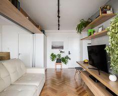 sala - estantes altas de madeira © 2017 Ana Mello (Foto: © 2017 Ana Mello)