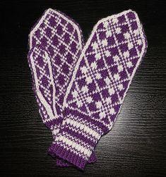 Ravelry: Oldemors Roser pattern by Beate Bratgjerd Mittens Pattern, Knit Mittens, Wool Gloves, Mitten Gloves, Free Knitting, Knitting Patterns, Wrist Warmers, Knitting Projects, Ravelry