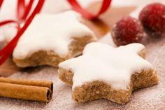Μια συνταγή για υπέροχα Μπισκότα Χριστουγεννιάτικα με κανέλα και γλάσο ζάχαρης. Δώστε τους σχήμα αστεριού ή άλλο της αρεσκείας και απολαύστε τα. * Το γλάσο