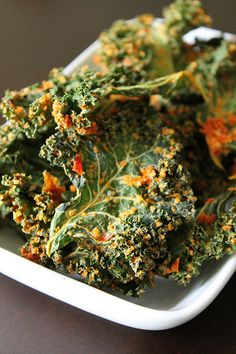 Pizza Kale Chips! Perfect snack to make and keep on hand for when you craving something to munch on! | 28 cooks