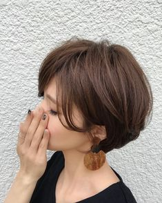 These great short layered bob with bangs images here will guide for a new appereance and amazing experience. Let's take a look these chic short haircuts Layered Bob With Bangs, Layered Bob Short, Choppy Layers, Asymmetrical Bob Haircuts, Layered Bob Hairstyles, Short Hair Cuts, Short Hair Styles, Short Bangs, Bleach Blonde Hair