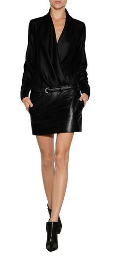 Das kleine Schwarze in der Avantgarde-Version: Barbara Bui verpasst dem Cocktail-Klassiker mit Wrap-Top und Leder-Minirock ein sexy Upgrade! #Stylebop
