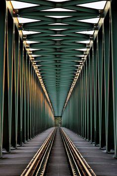Photography~Railroad Bridge By Gabor Jonas  Ran: de lijnen leiden allemaal naar 1 punt en dat maakt een foto heel sterk. Het is een diagonale Compositie. #abstractphotography,
