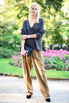 ブロンドヘアがクールな人気モデルのエイメリンは、全身「エルメス」でコーディネート。たっぷりとしたシルエットが美しいリブニットを、マニッシュなワイドパンツでマチュアな魅力たっぷりにスタイリング。
