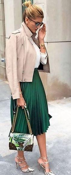 Зеленая роскошь: 14 модных идей, с чем сочетать зеленую юбку