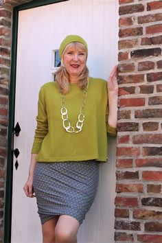 Heute trage ich die passende Kleidung für dieses Wetter 🌂 Einen kuscheligen Merino-Pullover mit passender Mütze. Dazu einen kurzen Jersey-Rock - ist ja Sommer ☀️ Schaut in meinen Online-Shop, da gibt es viele schöne Merino-Pullover in den schönsten Farben. Und ist Eure Lieblingsfarbe nicht dabei - einfach sagen - den Stoff habe ich bestimmt im Geschäft in Hemmoor liegen. 😀 Merino Pullover, Leather Skirt, Skirts, Rock, Design, Fashion, Matching Clothes, Simple, Weather