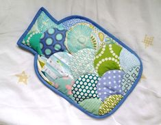 Free pattern & tutorial @ Two Owls Design: How to sew a clamshell hot water bottle cover Easy Sewing Projects, Sewing Projects For Beginners, Sewing Tutorials, Sewing Ideas, Craft Projects, Craft Ideas, Water Pad, Water Bottle Covers, Adult Bibs