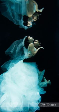 Underwater #wedding photography is popping up in print ads everywhere. How do you feel about this style of photo shoot?