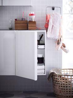 Med smart förvaring och gott om avlastningsytor blir badrummet harmoniskt och lättstädat. GODMORGON väggskåp med 1 dörr, högglans vit. KALKGRUND handdukshängare förkromad, DRAGAN badrumsset, bambu och GADDIS korg.