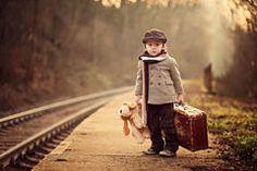 adorable niño en una estación de tren, a la espera de los trenes Fotos de…