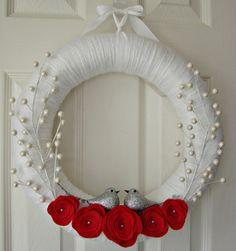 white yarn wrapped holiday wreath with red felt flowers and pearl berries. Felt Wreath, Wreath Crafts, Xmas Crafts, Diy Wreath, Tulle Wreath, Burlap Wreaths, Door Wreaths, Crochet Christmas Wreath, Holiday Wreaths