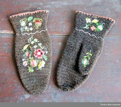 Dalbyvantar Folk Costume, Costumes, Viking Knit, Wool Embroidery, White Christmas, Museum, Mittens, Knit Crochet, Slippers