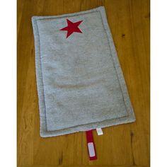 Matelas à langer gris-rouge. 1 côté éponge, l'autre coton plus doublure au milieu pour le confort.