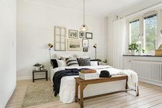 jak wieszać grafiki i fotografie nad łóżkiem w białej sypialni w stylu skandynawskim ? - Lovingit.pl