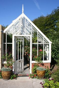 lean to Garden room This shows a span lean to really well [alitex] Lean To Greenhouse, Backyard Greenhouse, Greenhouse Growing, Greenhouse Plans, Greenhouse Film, Homemade Greenhouse, What Is A Conservatory, Conservatory Ideas, Gardens
