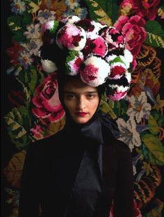 Alguém escreveu que todo mundo quer ser Frida…. O mundo quer ser Frida, como prova a coleção da designer austriaca Susanne Bisovsky em fotos de Wolfgang Zajc ou as reinterpretação de Frida Kahlo pelo fotógrafo turco Mehmet Turgut, que ilustrou a edição especial da Vogue México. http://zip.net/byqm03