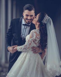 Indian Wedding Couple Photography, Wedding Couple Poses Photography, Wedding Picture Poses, Wedding Couple Photos, Couple Photoshoot Poses, Romantic Wedding Photos, Wedding Poses, Wedding Photoshoot, Wedding Couples