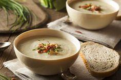In poco più di 30 minuti potete portare in tavola questa deliziosa zuppa cremosa di porri e patate, con originali guarnizioni. Anche in versione vegetariana