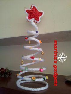 albero di Natale in tricotin con decorazioni. Stella rossa amigurumi.