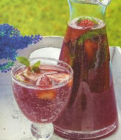 Strawberry Sangria Recipe – Prepare this strawberry sangria and surprise your friends in a gathering. Here's how … – sangria White Sangria Recipe Moscato, Sangria Recipes, Drinks Alcohol Recipes, Non Alcoholic Cocktails, Cocktail Drinks, Cold Drinks, Beverages, Sumo Natural, Strawberry Sangria