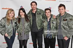 Actors Jennette McCurdy Miranda Cosgrove Jerry Trainor Nathan Kress and Noah Munck of Nickelodeon's iCarly pose at MCAS Miramar on January 9 2012 in. Miranda Cosgrove, Jerry Trainor, Icarly Cast, Nathan Kress, I Always Love You, Jennette Mccurdy, Old Shows, Sylvanian Families, Best Shows Ever