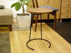 さて、今回は本日到着したホヤホヤのサイドテーブル。T.710 SMALL SIDE TABLEアメリカを代表するミッド・センチュリーデザイナーのジェンス・リゾム氏が1951年に発表して爆発的に売れたスタッキング式テーブルが復刻されました。ワ