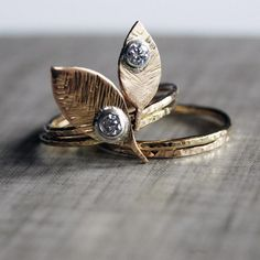 Love leaf? Then you'll surely fall for Etsy seller Nested Yellow's made-to-order moissanite and gold ring set. #etsyjewelry