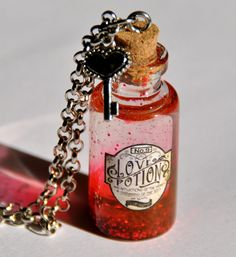 Love Potion, in a glass bottle, red potion in glitter, vintage style, with a key to heart di Minervastyle su Etsy Bottle Jewelry, Bottle Charms, Bottle Necklace, Harry Potter Ring, Harry Potter Theme, Magic Bottles, Mini Glass Bottles, Diy Arts And Crafts, Fun Crafts