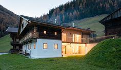 Das Giatla Haus gehört zu einem Bergbauernhof im Vilgratental in Osttirol.  Bei der Renovierung des mehr als 300 Jahre alten Bauernhauses blieben weite Teile d