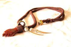 Colar feito artesanalmente em fios, madeira e metal.Tamanhos e cores personalizadas.