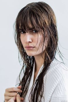 Wet hair look. Top Fall Beauty The 10 biggest hair and makeup trends of the season Makeup Trends, Beauty Trends, Beauty Magazine, Wet Hair, Hair Dos, Bangs, Your Hair, Hair Makeup, Cute Outfits