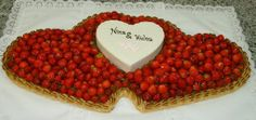 Doppelherztorte aus Erdbeeren mit kleiner Dekortorte aus Butterkrem und Marzipan.