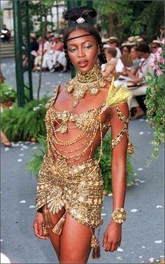 Naomi Campbell, 1997  Minigonna, reggiseno e accessori della collezione Christian Dior a/i 1997/98 ©Getty Image