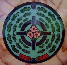 京丹波町(瑞穂町) 中央部に町章と町の花「サザンカ」を配し、周囲に町の木「赤松」を配してデザインしたもの。