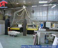 Hệ thống máy móc sản xuất của công ty Tủ Bếp Xinh bao gồm hệ thống máy cưa phân giải 5 ván trượt, 3 chiếc máy CNC