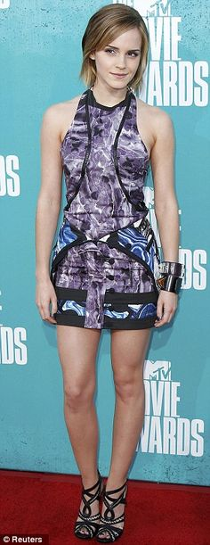 Emma Watson at the MTV Movie Awards in a BROOD dress with Tabitha Simmons shoes, and Hermes and Givenchy bracelets. Lucy Watson, Emma Watson Linda, Emma Watson Belle, Style Emma Watson, Photo Emma Watson, Emma Watson Beautiful, Emma Watson Legs, Emma Love, Mtv Movie Awards