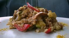 Arroz integral con pollo al curry, verduras y setas