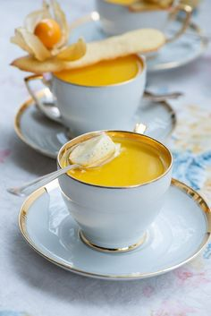 Opskrift på citron panna cotta med vanilje Panna cotta al limone: Lækker citron panna cotta Tiramisu Dessert, Trifle Desserts, Dessert Recipes, Desserts To Make, Delicious Desserts, Lemon Panna Cotta, Diy Dessert, Tapas, Vegan Kitchen