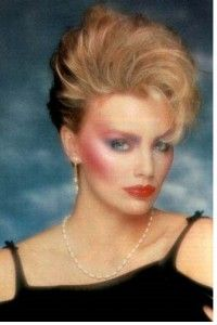 Vintage Makeup make up - Time for a sweeping generalization! Medium shades of anything—hair, nail polish, blush, lipstick—are just not flattering. 1980s Makeup And Hair, Retro Makeup, Vintage Makeup, Hair Makeup, 1980 Makeup, Madonna 80s Makeup, Madonna Hair, Glam Makeup, Party Makeup