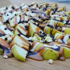 Apple Nachos: delicious layer of sweet apples topped with caramel, chocolate, marshmallow, nuts and chocolate morsels Recipe Collector, Apple Nachos, Shugary Sweets, Chocolate Morsels, Toddler Meals, Toddler Food, Caramel Apples, Easy Meals, Treats